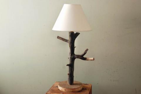 Настольная лампа со стойкой из ветки дерева