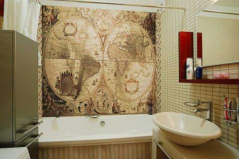 старинная карта на плитке в ванной