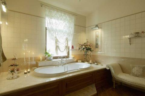классическая ванная с подиумом и окном