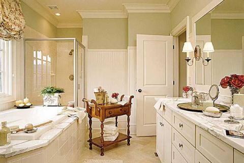 классическая ванная с белыми панелями