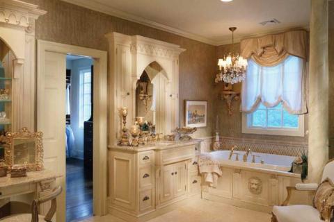 ванная в классическом стиле с люстрой