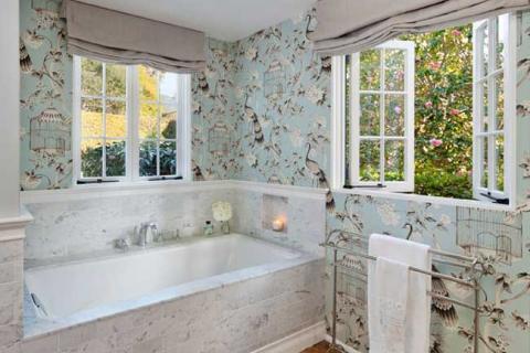 ванная в стиле прованс с окнами