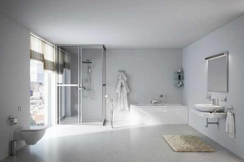 белая ванная комната с большим окном