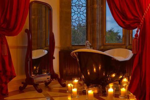 ванная комната с красными портьерами и свечами