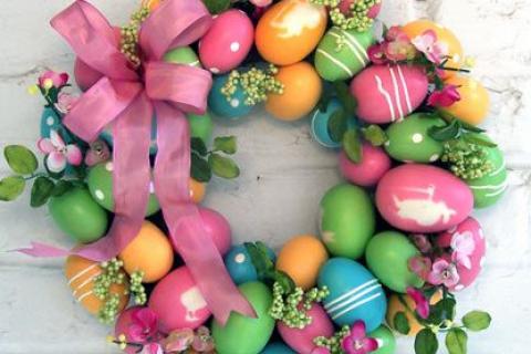 Идея пасхального венка украшенного яйцами