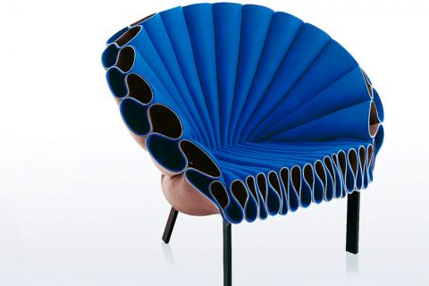 синее дизайнерское кресло
