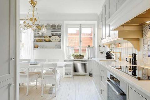 просторная белая кухня-столовая