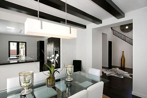 белая гостиная с черными балками