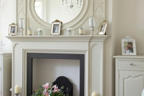 белый классический камин с зеркалом
