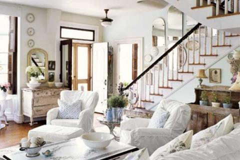 гостиная с лестницей в стиле прованс