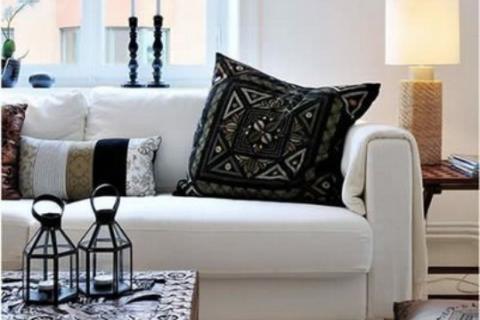 белый диван с темными аксессуарами