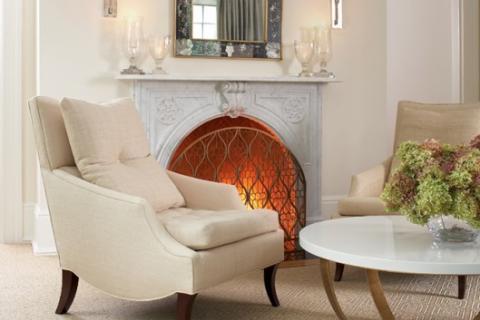 камин, кресло, зеркало в стиле модерн