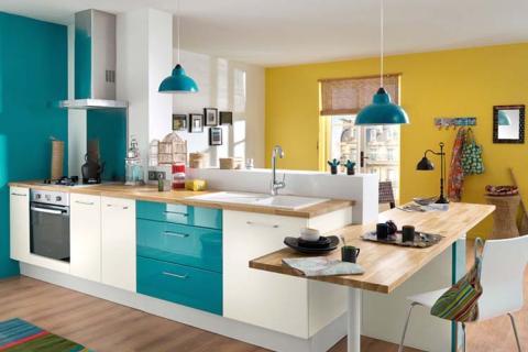 яркая желто-голубая кухня