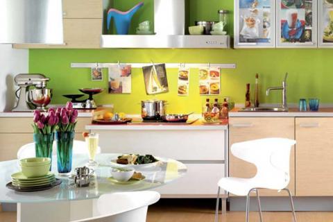 кухня с ярко-зеленой стеной