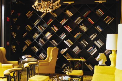 кабинет с желтыми креслами