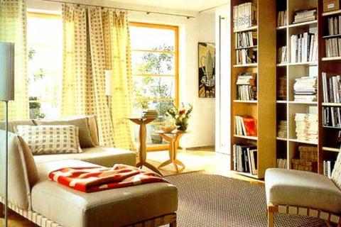 небольшой зал с книжным шкафом