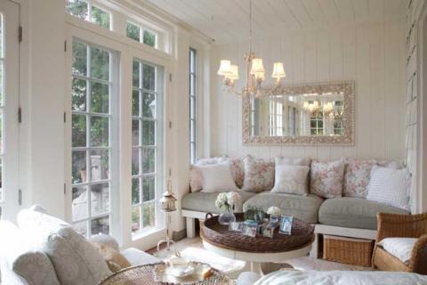 зеркало в белой гостиной