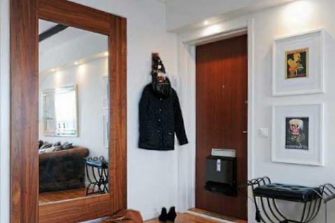зеркало в большой деревянной раме в прихожей
