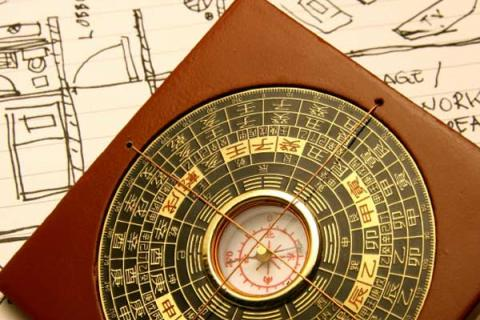 компас на фоне плана