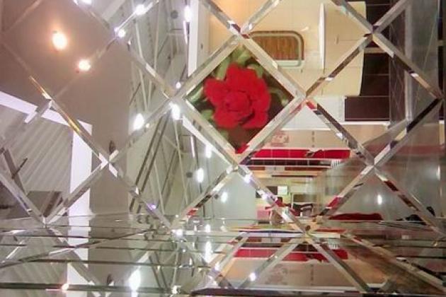 Зеркальная плитка с фацетом в интерьере
