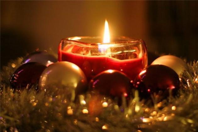 горящая красная свеча