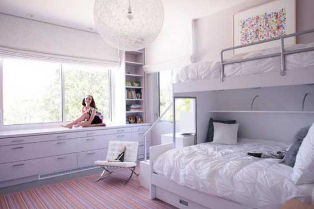 белый интерьер комнаты с двумя кроватями