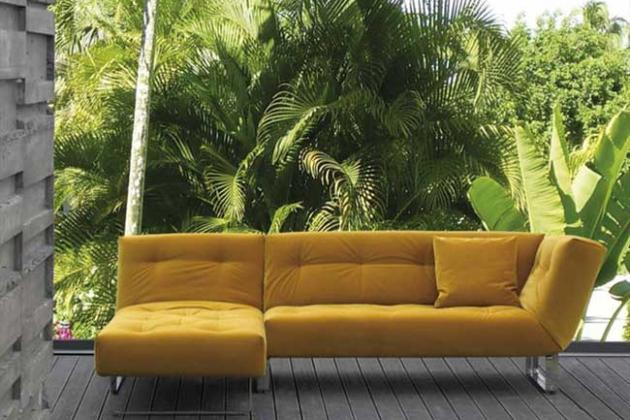 желтый диван на фоне фотообоев