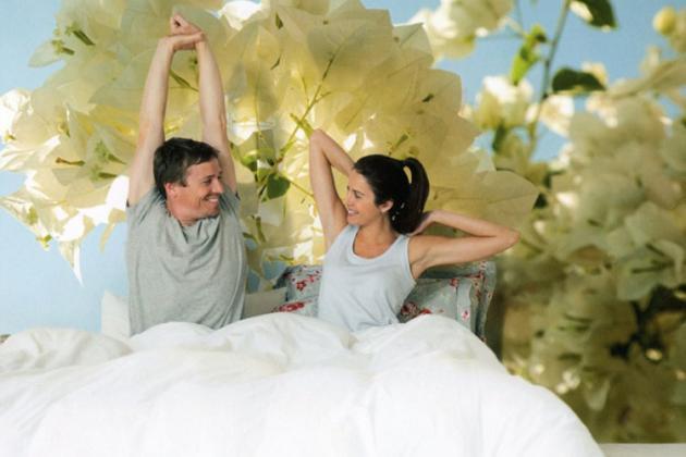 фотообои с крупными цветами в спальне