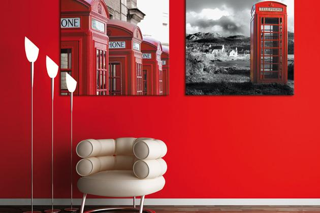 белое кресло на фоне красной стены