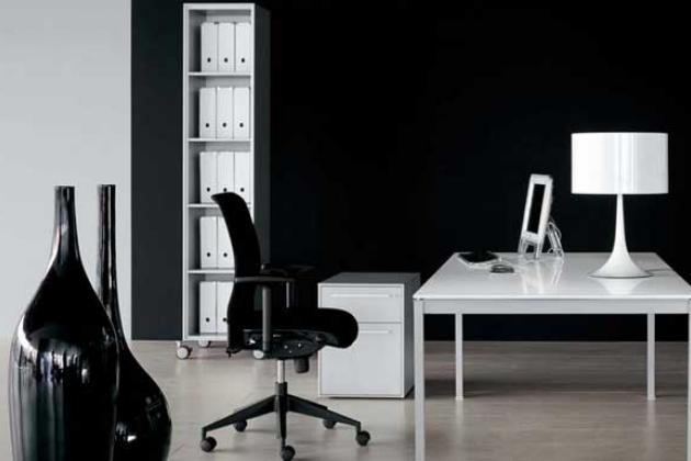 черно-белый кабинет в стиле хай-тек