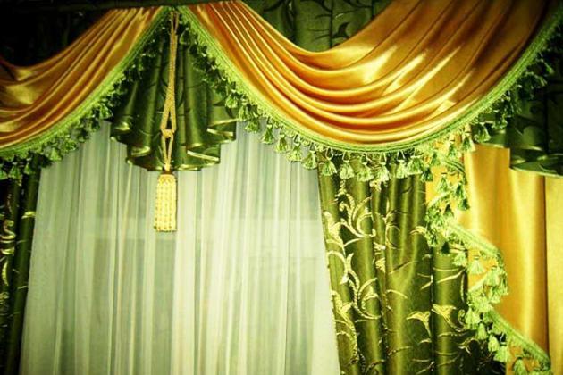 зеленые атласные шторы с золотым ламбрекеном