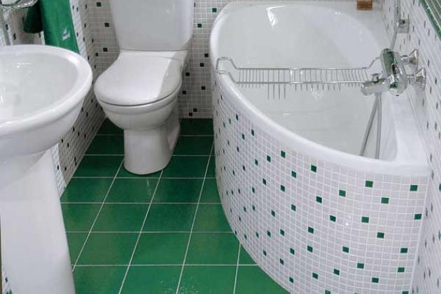 маленькая ванная с зеленым полом