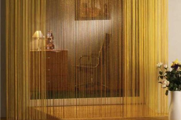 желтые нитяные шторы