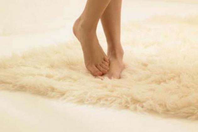 женские ножки на ковре