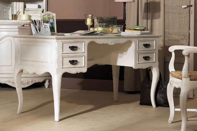 белый стол и кресло в стиле барокко