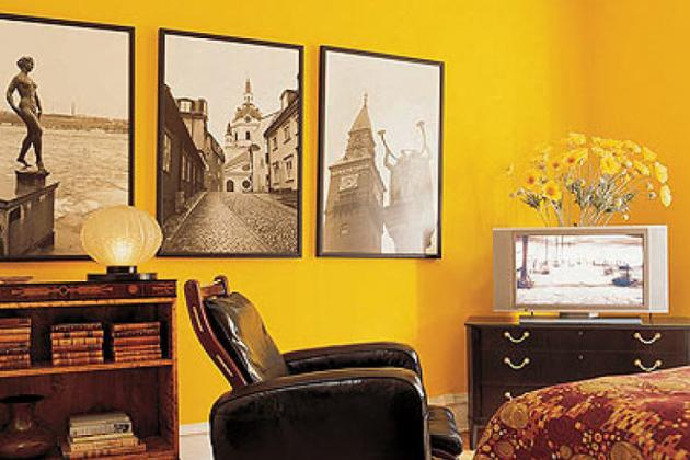 Желтые стены в гостиной