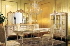 столовая в стиле барокко с золотыми стенами