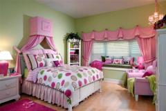 комната  с зелеными стенами и розовым текстилем