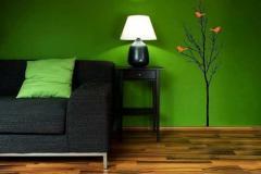 диван на фоне зеленой стены