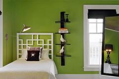 спальня с зелеными стенами