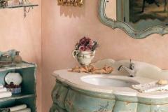 раковина стиля прованс на фоне розовые оштукатуренных стен