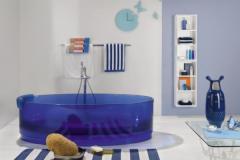 прозрачная ванная синего цвета