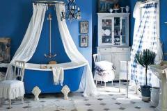 синяя ванная с белыми шторами